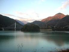 三保ダム堤からの丹沢湖の夕景のタイトル画像